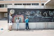 Aktion zur Belebung des Quartiers: Bewohner verzieren den Pavillon in der Feldbreite mit Kreidemalereien. (Bild: Roger Grütter (Emmen, 5. Mai 2018))