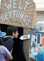 Die Weltrettungsmaschine des Künstlerduos «the agents» war eine der Hauptattraktionen am diesjährigen Info-Markt des Sufo. In der mit viel witzigem Schnickschnack aufgemotzten Kartonschachtel erfährt jeder, welches Talent er zur Rettung der Welt beisteuern kann. (Bild: Reto Voneschen)