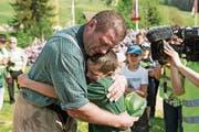 Martin Grab umarmt seinen Sohn Stephan nach dem 125. Kranzgewinn am Schwyzer Kantonalen. (Bild: Alexandra Wey/Keystone (Sattel, 6. Mai 2018))