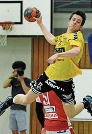 Altdorfs Pascal Aschwanden (am Ball) wirft im letzten Heimspiel sechs Tore. (Bild: Urs Hanhart)
