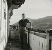 Carl Larsen auf einem Balkon eines Hotels in Adelboden. (Bild: Sher Green-Larsen)