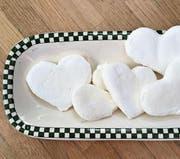 Kleine Bastelwerke zum Verschenken (von oben links im Uhrzeigersinn): ein Peeling aus Salz und Rosenblüten, von Hand geknetete kleine Seifen, ein mit bunter Wolle umwickeltes Glas, bedruckte Servietten, Fantasieblumen aus Eierkarton und ein mit Acrylfarbe eingefärbtes Väschen für den Muttertagsstrauss. (Bild: Jacqueline Schilling)