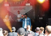 Hardy Nimi bei seinem Auftritt am Rapattack-Festival auf dem Landenberg im vergangenen Jahr. (Bild: Oliver Mattmann (Sarnen, 29. Juli 2017))