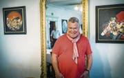 Der Kreuzlinger Künstler Kurt Lauer posiert vor seinen Bildern in der Seeburg. (Bild: Andrea Stalder)