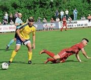 Bazenheids Demian Titaro (rechts) holte den Penalty heraus, der zum 1:1-Endergebnis führte. (Bild: Urs Nobel)