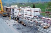 Zurzeit werden auf dem Areal im Eu die Module angeliefert und zusammengebaut. (Bild: Werner Schelbert (Menzingen, 3. Mai 2018))
