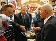 Präsident Recep Tayyip Erdogan bei der Eröffnung eines Basars (Bild: AFP)