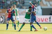 Nzuzi Toko gegen Geoffroy Serey. (Bild: Urs Bucher)