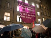"""Teilnehmerinnen des Frauenkongresses zeigen ein Plakat mit den Aufschriften """"Verfassung respektieren: Lohngleichheit Punkt. Schluss!"""" Damit reagierten sie auch auf einen Entscheid des Ständerates. (Bild: KEYSTONE/ANTHONY ANEX)"""