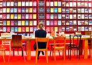 Bücherflut: An der Frankfurter Buchmesse werden jeweils 80 000 neue Titel vorgestellt. (Bild: Michael Probst/AP)