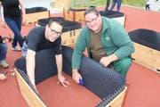 Quartiervereinspräsident Andreas Pironato (links) beim Bau der Hochbeete. (Bild: Manuela Bruhin)