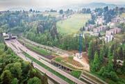 Die Baustelle im Rutschhang Dietli über der Ausfahrt des Schorentunnels. Links das Westportal des Rosenbergtunnels. (Bild: Benjamin Manser)