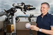 Marc Eichenberger von der Astronomischen Gesellschaft Luzern, in der Sternwarte in Luzern am 1. Mai 2018. In der Hand hält er ein Modell des Planeten Jupiter. (Bild: (LZ/Eveline Beerkircher))