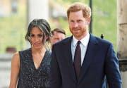 Wagen an der Hochzeit den Spagat zwischen Tradition und Moderne: Prinz Harry (33) und Meghan Markle (36). (Bild: EPA (London, 23. April 2018))
