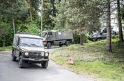 """Volltruppenübung """"Trium"""" der Schweizer Armee auf dem Seerücken. Tankstelle, hier werden die Fahrzeuge getankt. (Bild: Andrea Stalder)"""