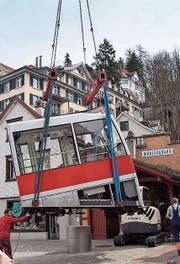 Am 3. April wurde die alte Kabine der Mühleggbahn von den Schienen gehoben. (Bild: Ralph Ribi)