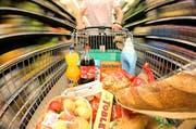 Besteht eine Notwendigkeit zu längeren Ladenöffnungszeiten? (Bild: Philipp Schmidli / Neue LZ)