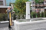 Pfarrer Daniel Durrer segnet den restaurierten Haltenbrunnen. (Bild: Philipp Unterschütz (Sachseln, 8. Mai 2018))