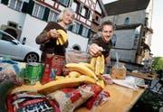Hermine Schuler und Jerry Arnold bereiten den Tisch mit den Esswaren vor. (Bild: Stefan Kaiser (Zug, 24. April 2018))