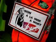 Die SNCF-Angestellten fürchten den Tod des Unternehmens und setzen ihren Streik fort (Bild: KEYSTONE/AP/FRANCOIS MORI)