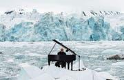 Zwischen Klassik und Pop: Ludovico Einaudi spielt auf einem Gletscher in Norwegen. (Bild: Pedro Armestre/EPA (Wahlenbergbreen, 20. Juni 2016))