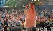 Linda Fäh singt am Samstagabend im mit 2600 Besuchern ausverkauften Festzelt des Alpenland Musik Festivals. (Bild: Mario Testa)