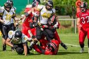 Die Bouncers (in Rot) wehren sich erfolglos gegen die Schaffhauser. Bild: Adrian Imholz (Zug, 12. Mai 2018)