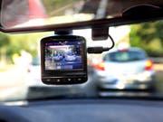 Eine sogenannte Dashcam, befestigt an der Windschutzscheibe, filmt den Strassenverkehr aus einem Auto. (Bild: Keystone/DPA/WOLFGANG KUMM)