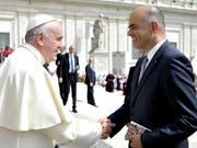 Baldiges Wiedersehen in Genf: Auf dem Bild vom Mai 2015 wird Alain Berset in Rom von Papst Franziskus begrüsst. Im Juni wird der Bundespräsident den Papst in Genf empfangen. (Bild: Keystone/AP L'Osservatore Romano Pool/L'OSSERVATORE ROMANO)