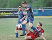 Herisaus Luca Keller (rot) luchst Sirnachs Remy Manz den Ball ab. Im Hintergrund steht aber Torschütze Safet Etemi zur Stelle. (Bild: Mario Gaccioli)