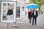 Jacqueline Amrhein und René Freiermuth von der IG Altstadt Zug freuen sich über die gelungenen Plakate. Bild: Stefan Kaiser (Zug, 14. Mai 2018)