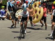 Angefeuert von einem begeisterten Publikum lässt der Kolumbianer Egan Bernal im Schlussanstieg der 2. Etappe die Konkurrenz stehen (Bild: KEYSTONE/AP/MARK J. TERRILL)