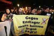 Demonstration vor der Turnhalle Turmatt in Stans gegen Atomendlager-Pläne in Nidwalden. (Archivbild: Philipp Schmidli, 3. Oktober 2008)