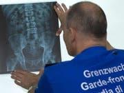 Drogenkuriere oder sogenannte Bodypacker verschlucken Drogen, um sie unbemerkt transportieren zu können. Mit Röntgenaufnahmen können die Fingerlinge lokalisiert werden. (Bild: Symbolbild Grendwachtregion III)