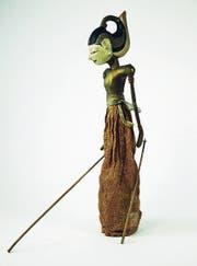 Unter dem Rock der indonesischen Stabfigur verbirgt sich eine alte Flasche mit St.Galler Kraftessenz. (Bild: PD/Historisches und Völkerkundemuseum)
