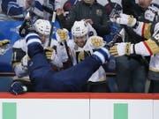 Winnipeg taucht im eigenen Stadion: Blake Wheeler landet nach einem Check von Ryan Reaves von den Vegas Golden Knights auf der gegnerischen Spielerbank (Bild: KEYSTONE/AP The Canadian Press/JOHN WOODS)