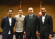 Die beiden deutschen Nationalspieler Ilkay Gündogan (Manchester City, links) und Mesut Özil (Arsenal, 2. von links) posieren mit dem türkischen Präsidenten Recep Tayyip Erdogan (2. von rechts). Rechts im Bild: Everton-Profi Cenk Tosun.(Bild: Keystone/presidental press service (London, 13. Mai 2018))