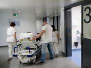 Die Kantone zahlen heute mehr als die Hälfte der Kosten einer Spitalbehandlung. Sie fürchten um ihren Einfluss, falls sie das Geld künftig den Krankenkassen abliefern müssen. (Bild: KEYSTONE/JEAN-CHRISTOPHE BOTT)