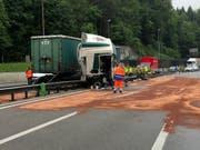Beim Selbstunfall eines Sattelschleppers lief auch Diesel aus. Die A1 war während Stunden in beiden Richtungen nur beschränkt befahrbar. (Bild: Handout Kantonspolizei Aargau)