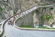 Eine Wandergruppe während des Gotthardmarschs auf der Teufelsbrücke. (Bild: PD)