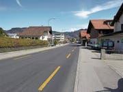 Beispiel einer Kernfahrbahn in Thun ohne Mittellinien, aber mit Radstreifen. (Bild: Beratungsstelle für Unfallverhütung bfu)
