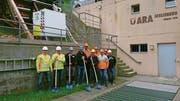 Vertreter der Abwasser Uri, des Generalplaners AF Toscano AG, der örtlichen Bauleitung Baumann Hedinger Gasser AG sowie der Bauunternehmung Marti AG beim Start der Sanierungsarbeiten. (Bild: PD)