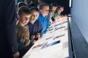 Schüler aus Grünenmatt bestaunen die Ausstellung in der Luftfahrthalle des Verkehrshaus. Bild: Boris Bürgisser (Luzern, 15. Mai 2018)