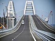 Die Brücke, welche die Krim mit der gegenüberliegenden südrussischen Halbinsel Taman verbindet, ist nun die längste Brücke Europas. (Bild: KEYSTONE/AP POOL AFP/ALEXANDER NEMENOV)
