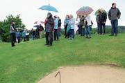 Ian Gibbons führt die Wäldemer über den Golfplatz. (Bild: Manuela Olgiati)