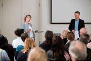 Diana Gutjahr (Gewerbeverband) und Marcel Volkart (Kanton) präsentieren das Ausbildungsangebot gemeinsam. (Bild: Donato Caspari)
