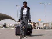 Flüchtlinge sollen nicht mehr in die Nachbarstaaten ihres Heimatlandes reisen dürfen. Die Staatspolitische Kommission des Ständerates (SPK) will das Reiseverbot ausweiten. (Bild: KEYSTONE/EPA/JIM HOLLANDER)