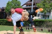Christian Bucher (rotes Hemd) gewinnt gegen Philipp Blattmann und auch gegen alle anderen. Bild: Stefanie Bucher (Zug, 12. Mai 2018)