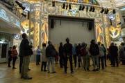 Besucher bei der Besichtigung der Lichtshow im restaurierten Casino Zug anlässlich der Schlüsselübergabe. Bild: Patrick Hürlimann (Zug, 16. September 2017)