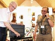 Fredy Neff und Emil Sigg mit einem Autotelefon der ersten Stunde. (Bild: Martin Sinzig)